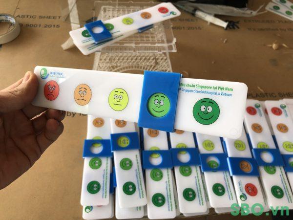 gia công thẻ nhựa mica in uv